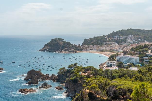지중해의 카탈로니아 코스타 브라바(costa brava of catalonia)에 있는 지로나(girona), 여름에 토사 데 마르(tossa de mar)의 공중 전망