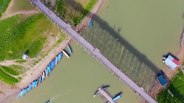 Аэрофотоснимок туристического катера в sangklaburi в канчанабури, таиланд