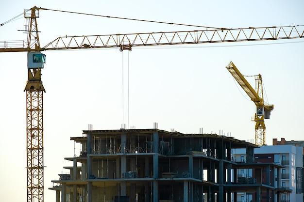 Аэрофотоснимок башенных кранов и строящихся высоких жилых многоквартирных домов. развитие недвижимости.