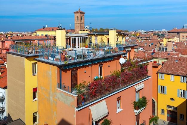 タワーとボローニャ、イタリアの屋根の空撮