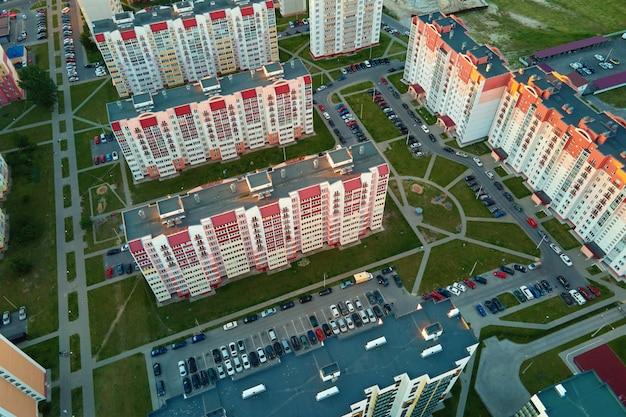 町の建築の街の通りの航空写真