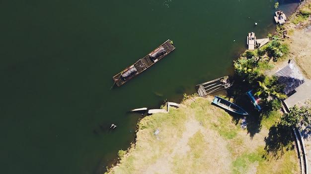 川の伝統的な砂の採掘者の航空写真