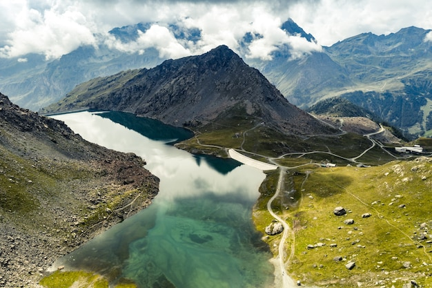 ロッキー山脈の間の静かな湖の空撮