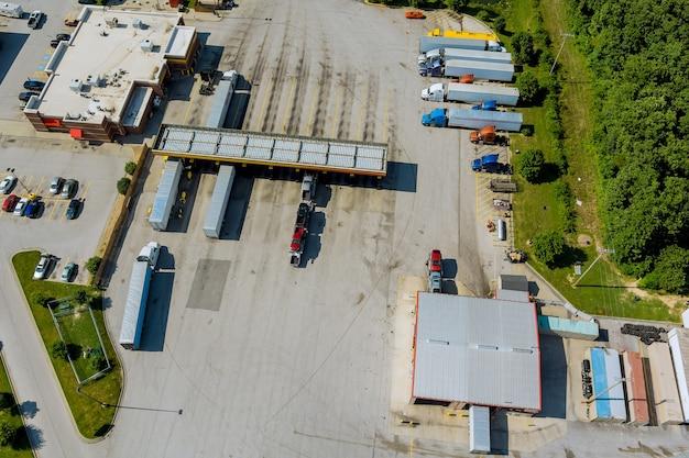 주간 고속도로 근처에 있는 주유소 트럭 정류장에 트럭이 있는 운송 주유소의 공중 전망