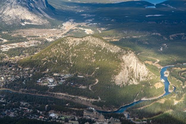 터널 산과 밴프 밴프 국립 공원 캐나다 로키 산맥 캐나다의 공중 전망