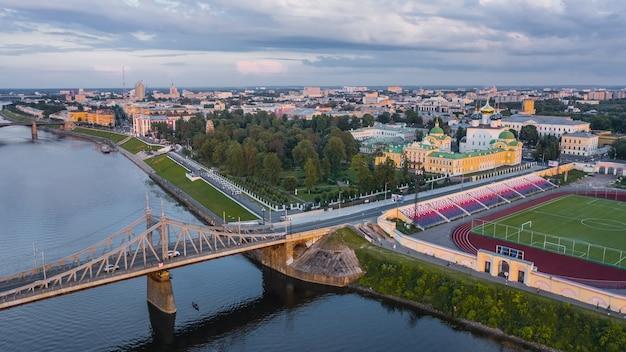 Аэрофотоснимок твери. это российский город к северо-западу от москвы, на слиянии рек волга и тверца.