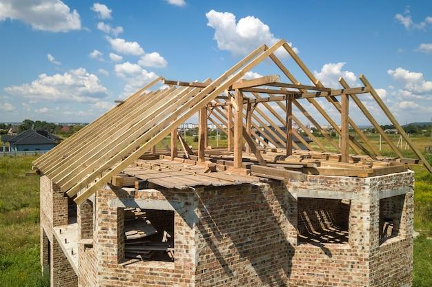 建設中の木製の屋根フレーム構造を持つ未完成の家の航空写真