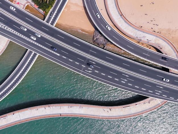 Аэрофотоснимок городских путепроводов и береговых линий