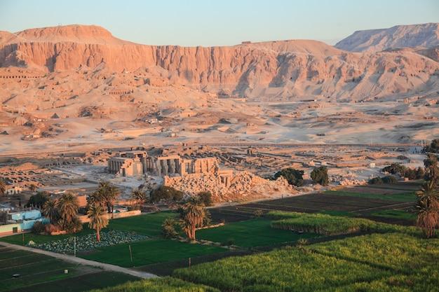 Вид с воздуха на долину царей в луксоре, египет. высокий вид на руины древнего храма в долине царей утром.