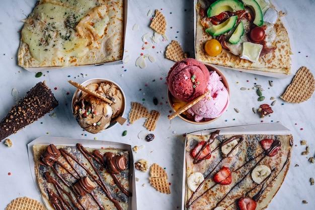 テーブルの上のさまざまなクレープやアイスクリームの空撮