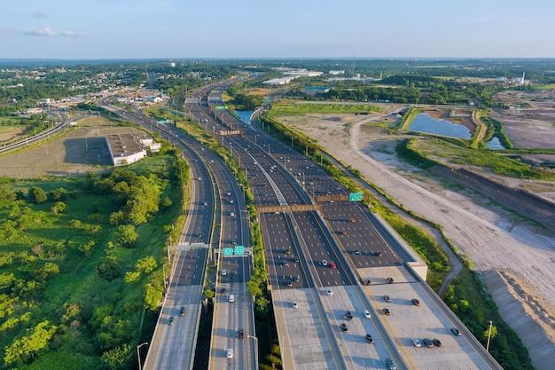 Аэрофотоснимок транспортных средств, движущихся по мосту альфреда э. дрисколла, огромной сложной транспортной развязке.