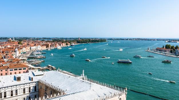 夏の日にヴェネツィアとその大運河の空撮