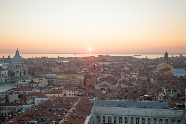 Вид с воздуха на венецию на рассвете, италия. итальянский пейзаж