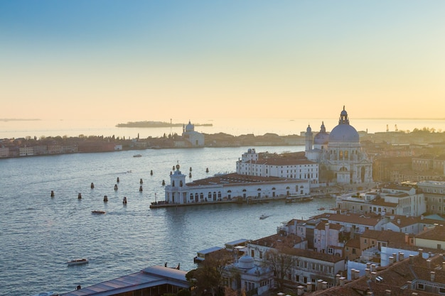 Вид с воздуха на венецию на рассвете, италия. вид церкви святой марии здоровья. итальянская достопримечательность