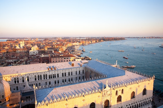 Вид с воздуха на венецию на рассвете