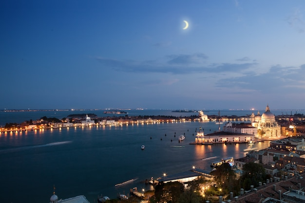 Вид с воздуха на город венеция вечером
