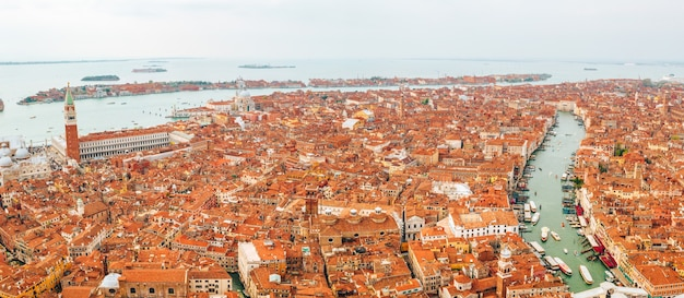Вид с воздуха на венецию в италии, красивый городской пейзаж