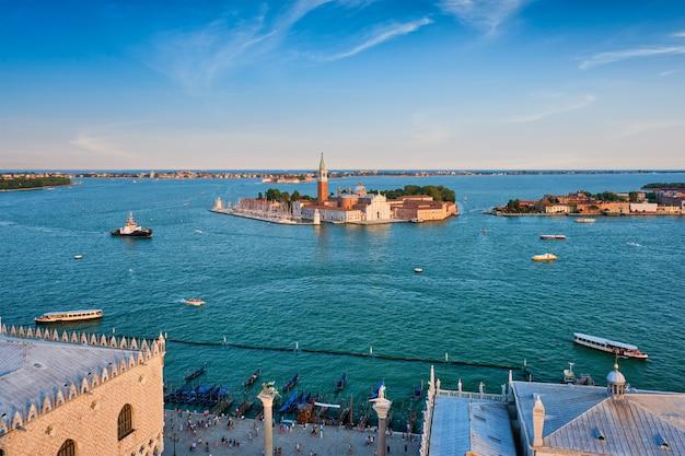 Аэрофотоснимок лагуны венеции с лодки и церковь сан-джорджо-ди-маджоре. венеция, италия