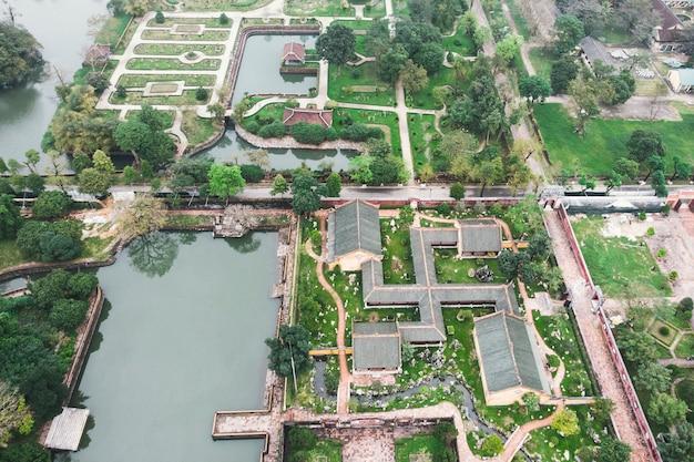 ベトナムのフエ近くのベトナム古代嗣徳王家の墓とトゥドゥック帝廟の庭園の航空写真。ユネスコの世界遺産。