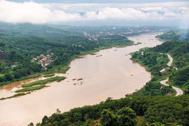 Вид с воздуха на деревню у реки.