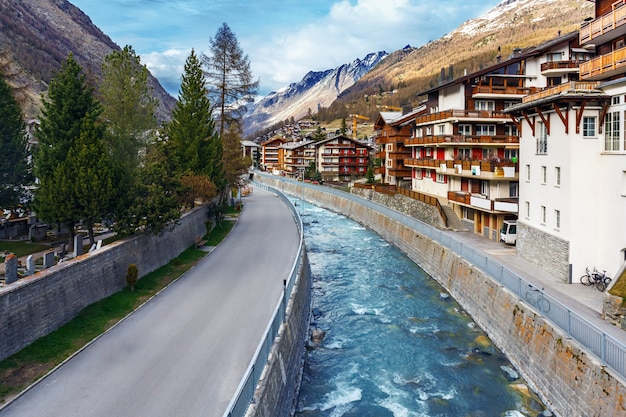 Вид с воздуха на деревню церматт на фоне горы маттерхорн на закате, швейцария