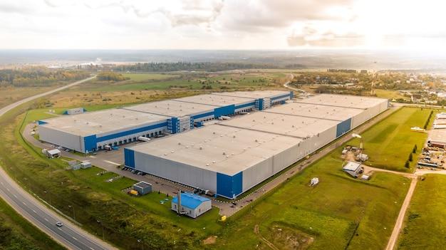 倉庫保管庫の航空写真は、上からロジスティクスセンターを追加します。ハブとトラックを上からロードします。