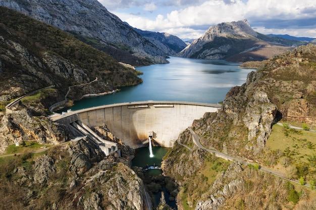 Вид с воздуха на водохранилище и водохранилище, производство гидроэлектроэнергии, возобновляемых источников энергии и устойчивого развития.