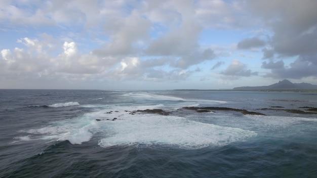구름 모리셔스 섬과 푸른 하늘에 섞이지 않는 바다의 수선의 항공 보기