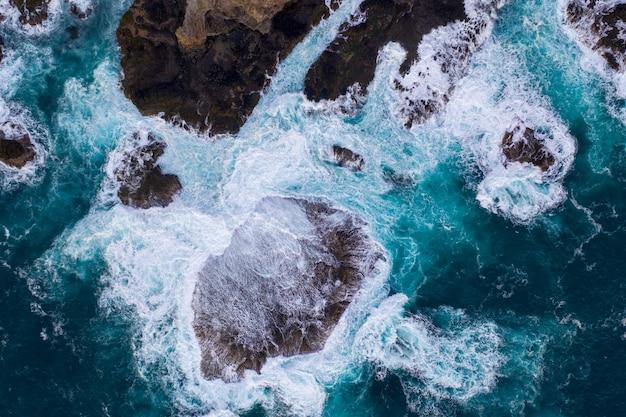 바위에 부서지는 파도의 항공보기