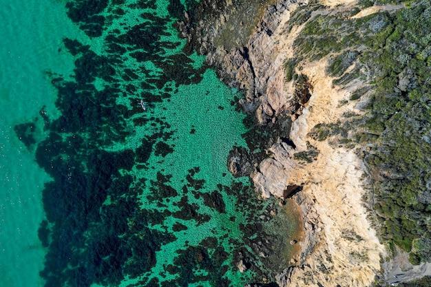 岩に衝突する波の航空写真