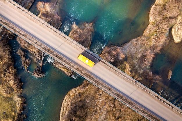 青い水と石の島で車を動かすと白い橋の空撮。