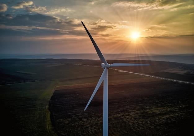 夕暮れ時の風力タービンの空撮