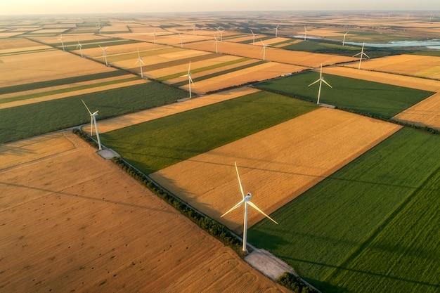 Вид с воздуха на генераторы ветряных турбин в поле