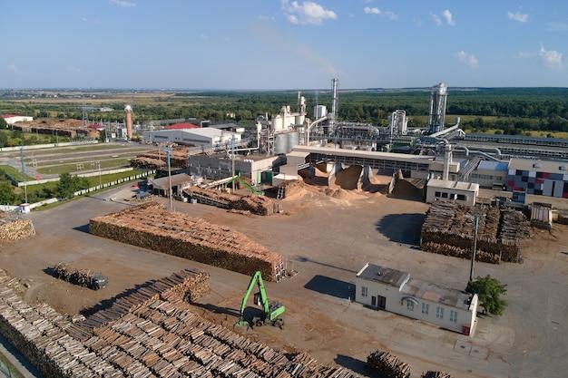 공장 제조 마당에 목재 더미가 있는 목재 가공 공장의 공중 전망.