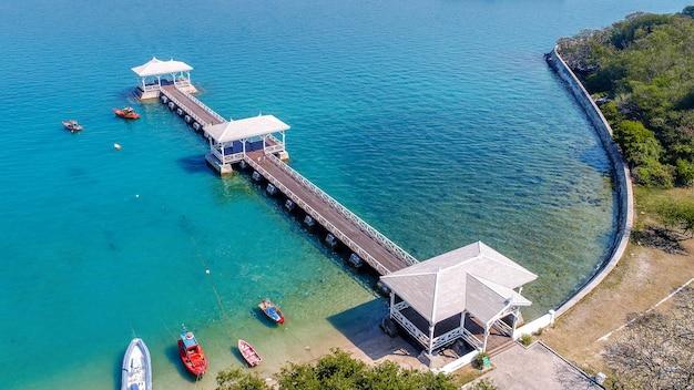 タイ、シーチャン島のウッドウォーターフロントパビリオンの航空写真。 asdangブリッジ。 無料写真