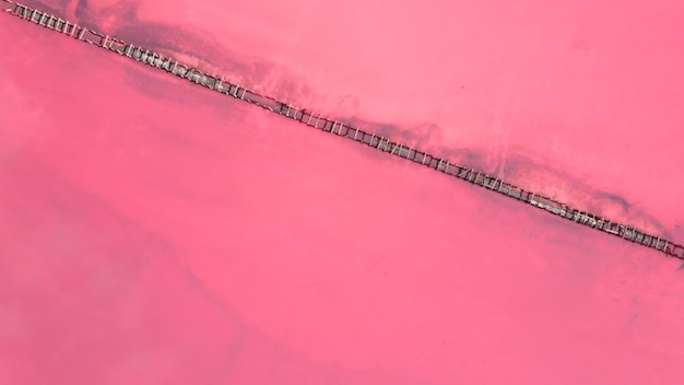 ピンクの湖、ゲニチェスク、ウクライナで塩を収集するための木造建築物の航空写真