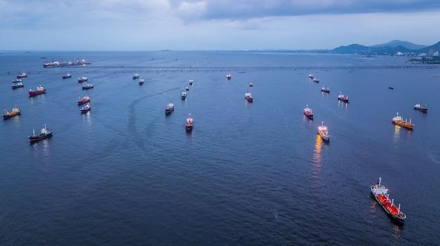 Аэрофотосъемка нефтяного танкера и загрузки газового танкера в порту в море ночью.