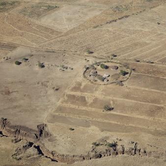 セレンゲティ周辺の乾燥した平原にある伝統的なマサイ族の村の空撮