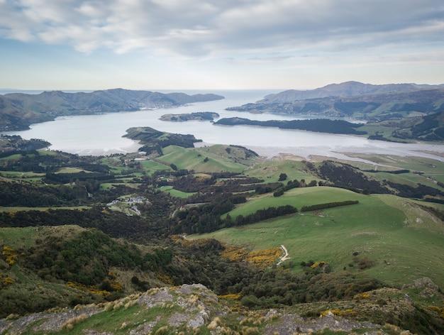 緑の丘に囲まれた湾の空中写真ポートヒルズクライストチャーチニュージーランド