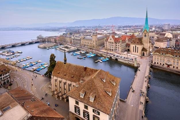 スイス、チューリッヒ、グロスミュンスターからのフラウミュンスター教会とリマト川の空撮