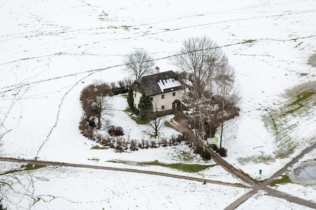 잘츠부르크에서 눈으로 덮여 필드에 외로운 집에 공중보기