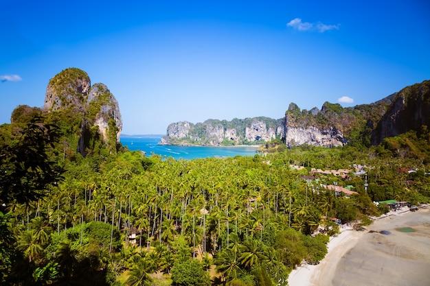 クラビ県の海のライレイビーチのパノラマの空撮ホテルと2つの熱帯のビーチ