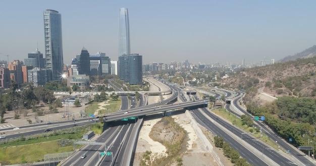 チリの首都、サンティアゴの金融街の高層ビルの空撮。 Premium写真