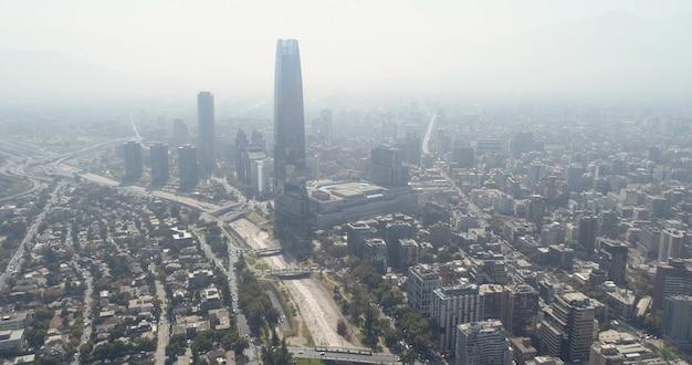 チリの首都、サンティアゴの金融街の高層ビルの空撮。