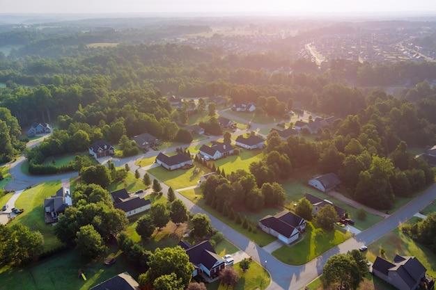 小さな町の住宅街のボイリングスプリングスの町の空撮は、米国サウスカロライナ州の家の風景に屋根を付けます
