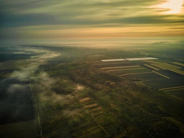 Вид с воздуха на поле во время заката. пейзаж с дрона. сельскохозяйственный пейзаж с воздуха. сельское хозяйство - изображение
