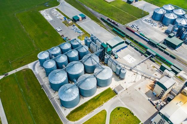現代のバイオガスステーションまたは工場の空撮。バイオガスプラント。持続可能な生産。生態学的生産。