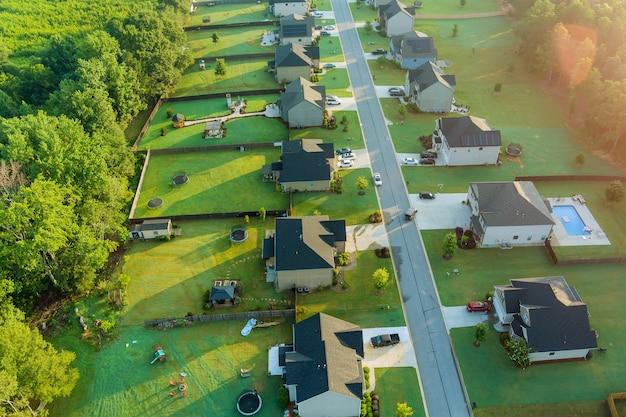 住宅街の風景の空撮米国サウスカロライナ州の高さの小さな町のボイリングスプリングスの町