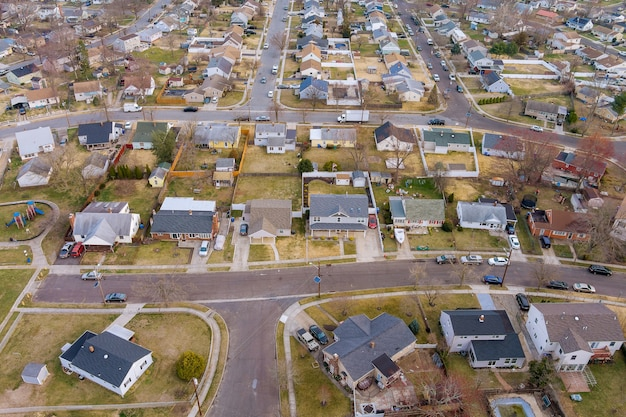米国ニュージャージー州の高さの小さな町の早春の住宅街の風景の空撮 Premium写真