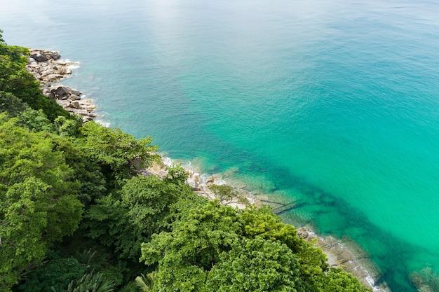 돌 바위와 산 열대 우림과 바다 해안선에 공중보기. 여름 낮 시간에 아름다운 자연 경치. 태국 푸켓 섬 섬의 서쪽 해안에서 봅니다.